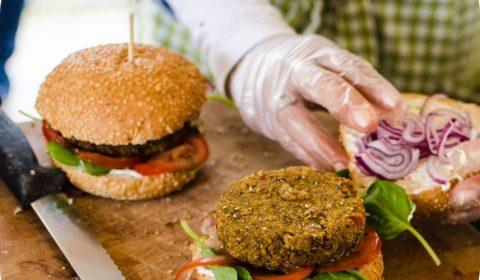 Insecten eten op uw bedrijfsfeest - Meelwormburger